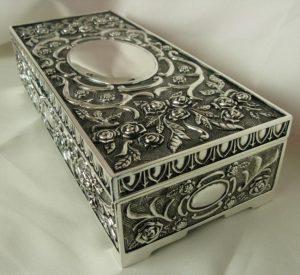 Posrebrzane pudełko na biżuterię