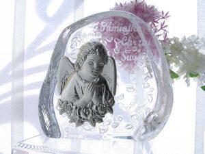"""Pamiątka w formie posrebrzanego obrazka umieszczonego na podstawie ze szkła kryształowego. Na szkle wygrawerowano napis """"Pamiątka Chrztu Świętego"""""""