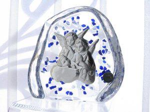 Pamiątka w formie posrebrzanego obrazka umieszczonego na podstawie ze szkła kryształowego.