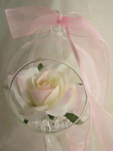 Dekoracja kwiatowa w szklanej kuli