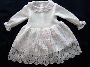 Sukieneczka z dzianiny akrylowej w komplecie z czapeczką