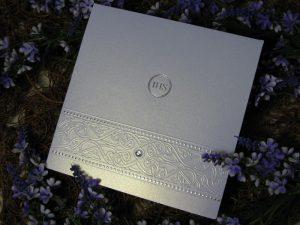 Zaproszenie ze srebrnym nadrukiem i dżetem