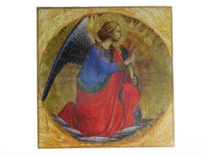 Anioł wykonany na desce techniką decoupage