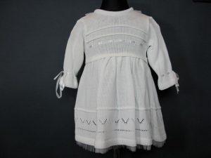 Sukienka do Chrztu z dzianiny z delikatnymi, tiulowymi zdobieniamiW komplecie z czapeczką