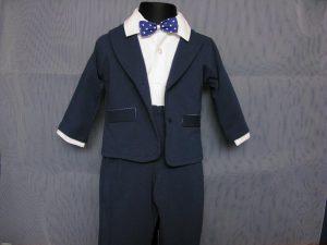 Komplet chłopięcy do Chrztukolor: granat z białymW skład kompletu wchodzi:body z kołnierzykiem, spodnie z gumką, marynarka, kaszkiet w kolorze spodni i marynarki, muszka