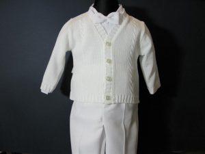 Komplet chłopięcy do Chrztukolor: białyW skład kompletu wchodzi:koszula z kołnierzykiem, spodnie na suwak (z regulacją), sweterek rozpinany, kaszkiet w kolorze spodni, muszka