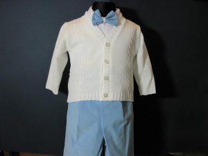 Komplet chłopięcy do Chrztukolor: biały, ciemnoniebieskiW skład kompletu wchodzi:koszula z kołnierzykiem, spodnie z gumką, sweterek rozpinany, kaszkiet w kolorze spodni, muszka