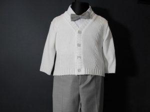 Komplet chłopięcy do Chrztukolor: biały, szaryW skład kompletu wchodzi:koszula z kołnierzykiem, spodnie na suwak (z regulacją), sweterek rozpinany, kaszkiet w kolorze spodni, muszka