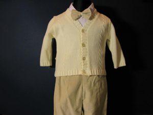 Komplet chłopięcy do Chrztukolor: kremowy, beżW skład kompletu wchodzi:koszula z kołnierzykiem, spodnie z gumką, sweterek rozpinany, kaszkiet w kolorze spodni, muszka
