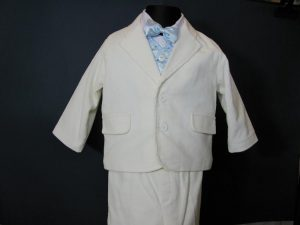 Komplet chłopięcy do Chrztukolor: biały z jasnoniebieskim lub bordowymW skład kompletu wchodzi:koszula z kołnierzykiem, spodnie z gumką, marynarka, kamizelka, kaszkiet w kolorze spodni i marynarki, muszka