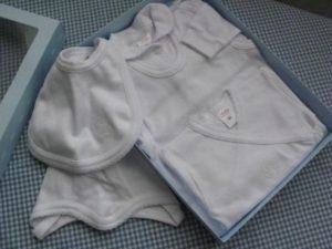Bawełniany komplet niemowlęcy (kaftanik, body, śpioszki)