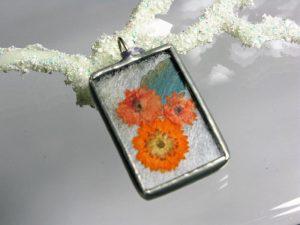 Zawieszka szklana z zasuszonymi kwiatami