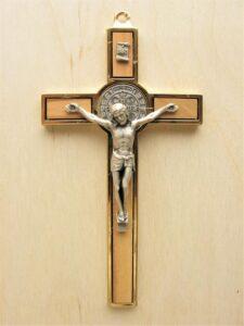 Krzyż św. Benedykta wiszący - metal i drzewo oliwne